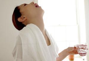 غرغره کردن محلول نمکی برای تشسکین علائم سرماخوردگی و آنفولانزا
