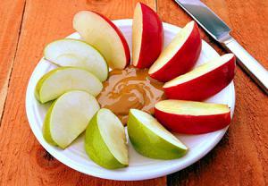 سیب، کره بادام زمینی و کراکر از تنقلات مناسب زنان باردار