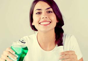 دهان شویه ضد عفونی کننده برای بهبود بوی بد دهان بعد از کشیدن دندان عقل