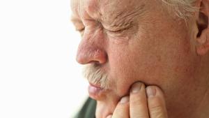 تورم و درد از نشانههای عفونت بعد از کشیدن دندان عقل