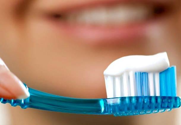 درمان لکه های قهوه ای روی دندان با خمیر دندان سفید کننده