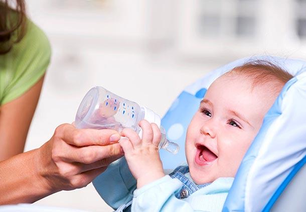 درمان گوش درد نوزادان : نوشیدن مایعات فراوان برای درمان درد گوش در بچه ها