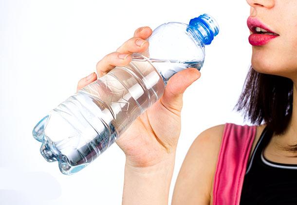 خشکی لب : کم مصرف کردن آب از علل خشکی لب در بارداری